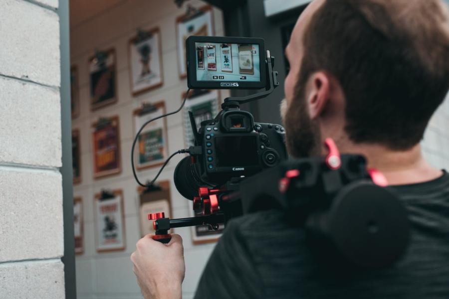 firmy stawiaja na filmy
